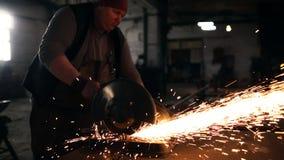 Lavoro duro degli uomini Le scintille volano da per il taglio di metalli archivi video