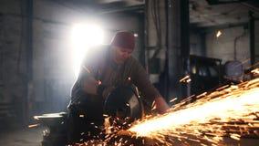 Lavoro duro degli uomini Le scintille volano da per il taglio di metalli video d archivio