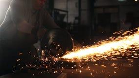 Lavoro duro degli uomini Le scintille volano da per il taglio di metalli stock footage