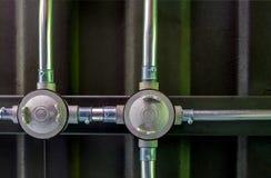 Lavoro elettrico del condotto sui tetti della lamina di metallo e delle travi di acciaio, porcile immagini stock