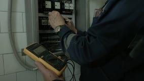 Lavoro elettrico vicino al pannello elettrico stock footage
