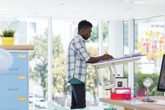 Lavoro esecutivo maschio sopra la tavola di progettazione Fotografie Stock Libere da Diritti