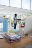 Lavoro esecutivo maschio sopra la tavola di progettazione Fotografia Stock