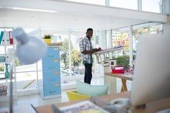 Lavoro esecutivo maschio sopra la tavola di progettazione Immagine Stock Libera da Diritti