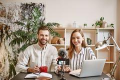 Lavoro felice insieme Coppie giovani dei blogger che sorridono e pronti per la fucilazione del vlog nuovo fotografia stock