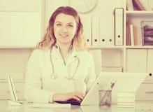 Lavoro femminile nel centro medico Immagini Stock