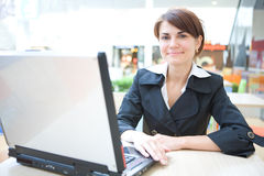 Lavoro giovane della donna di affari sul computer portatile Fotografie Stock