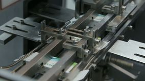 Lavoro in impacchettatrice farmaceutica della bolla della fabbrica video d archivio