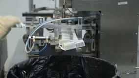 Lavoro in impacchettatrice farmaceutica della bolla della fabbrica stock footage