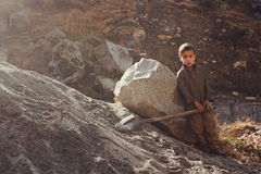 Lavoro infantile - il bambino sta lavorando in valle dello schiaffo immagini stock
