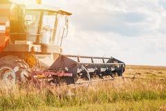 Lavoro a macchina di agricoltura della mietitrebbiatrice nella fine del campo su Fotografie Stock Libere da Diritti