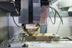 Lavoro a macchina di industriale di EDM con l'iniezione del liquido refrigerante in fabbrica immagini stock libere da diritti