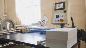 Lavoro a macchina nella stamperia, industria del poligrafo - attrezzature per la pulizia Fotografia Stock Libera da Diritti