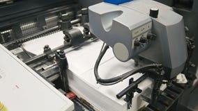 Lavoro a macchina nella stamperia, industria del poligrafo - attrezzature per la pulizia, vista frontale Immagini Stock