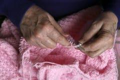 Lavoro a maglia della nonna fotografie stock libere da diritti