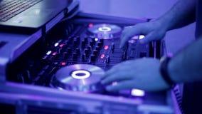 Lavoro manuale del DJ con attrezzatura musicale in night-club video d archivio