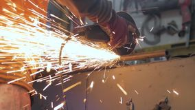 Lavoro maschio con acciaio archivi video