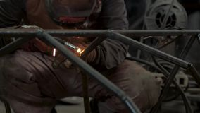 Lavoro maschio con acciaio video d archivio