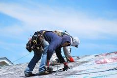 Lavoro maschio dei roofers Fotografie Stock Libere da Diritti