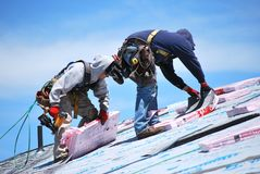 Lavoro maschio dei roofers Fotografia Stock