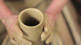 Lavoro matrice dell'argilla al suo vaso stock footage