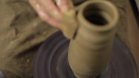 Lavoro matrice dell'argilla al suo vaso video d archivio