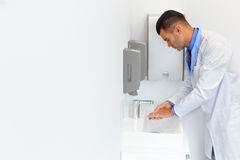 Lavoro medico del dottore Washes Hands Before Clinica dentale fotografia stock libera da diritti