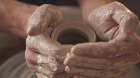 Lavoro nell'officina delle terraglie: gli articoli dell'argilla sul ` s del vasaio spingono video d archivio