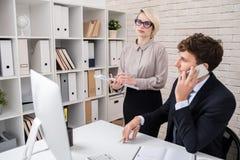 Lavoro occupato degli uomini d'affari nell'ufficio immagine stock libera da diritti