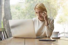 Lavoro occupato della persona femminile nell'interno o nella caffetteria moderno dell'ufficio Fotografie Stock Libere da Diritti