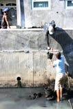 Lavoro per pulire le grondaie Fotografie Stock Libere da Diritti