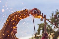 Lavoro pericoloso con la smerigliatrice che taglia il lavoratore del metallo fotografie stock libere da diritti