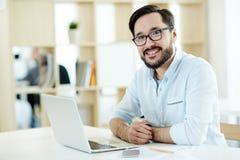 Lavoro professionale asiatico con il computer portatile Fotografia Stock