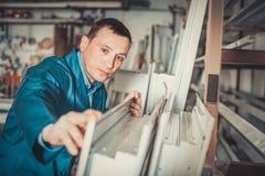 Lavoro professionale con i profili finiti del PVC e finestre al fa fotografie stock