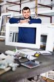 Lavoro professionale con i profili finiti del PVC e finestre al fa Immagine Stock