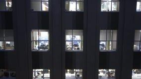 Lavoro recente alla costruzione dell'azienda delle tecnologie dell'informazione video d archivio