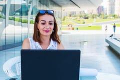 Lavoro sorridente della donna di affari in un caff? di estate fotografia stock libera da diritti