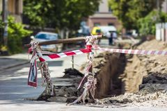 Lavoro stradale della costruzione sulla via in città La segnaletica di sicurezza rossa avverte la a Immagine Stock Libera da Diritti