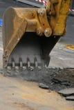 Lavoro stradale - scavare in su la strada Fotografie Stock Libere da Diritti