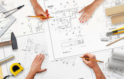 Lavoro sulla documentazione di progetto nella società di costruzioni immagini stock