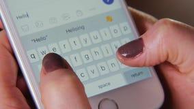 Lavoro sulla tastiera di un primo piano dello smartphone Acquisto in linea Praticando il surfing Internet, freelancing a casa Il  archivi video