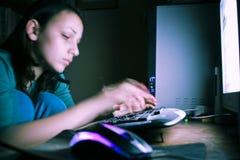 Lavoro a tarda notte del calcolatore Fotografia Stock Libera da Diritti