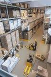 Lavoro in un magazzino immagine stock libera da diritti
