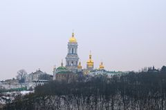 Lavra och Belltower för Kyievo-Pechers `-ka på bakgrund för blå himmel Det är en historisk ortodox kristen kloster trees för silh fotografering för bildbyråer