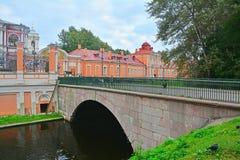 1. Lavrsky-Brücke zum Klerusfall in Alexander Nevsky Lavra in St Petersburg, Russland Lizenzfreie Stockfotos