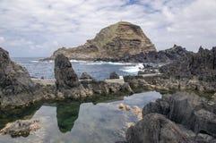 Lawa basenów kompleks Porto Moniz na końcówce madery zima i miasto przyprawiamy obraz stock