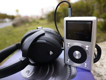 Lawaai die hoofdtelefoons annuleren Dien om extern lawaai te onderdrukken stock foto