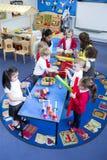 Lawaaierige Kinderdagverblijfles stock fotografie