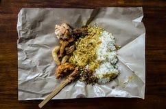 LAWAR - Prato do Balinese criado de uma mistura dos vegetais, do coco e da carne misturados no papel da perspectiva superior imagem de stock