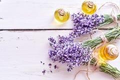 Lawenda istotni oleje z świeżymi kwiatami obraz royalty free